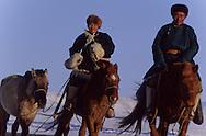 Mongolia. horses race with kids. On the steppe with snow . Malah      Malah       /  arrivée des chevaux pour la course d'hiver à Malah /  course de chevaux pour enfants  sur la steppe enneigee  Malah  Mongolie   /  313502/31       P0003545