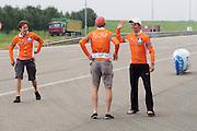 De VeloX3 is geslaagd gestart. Op de RDW baan bij Lelystad test het Human Powered Team Delft en Amsterdam de nieuwe recordfiets , de VeloX3. Met de speciale ligfiets wil het team dat bestaat uit studenten van de TU Delft en de VU Amsterdam het wereldrecord fietsen verbreken. Dat staat nu op 133 km/h.<br /> <br /> Team members congratulate each other with a succesful start. At the RDW test track near Lelystad the Human Powered Team Delft and Amsterdam test the new record bike, the VeloX3. With the special recumbent bike the team, consisting of students of the TU Delft and the VU Amsterdam, wants to set a new world record cycling. The current speed record is 133 km/h.