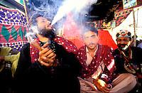 """Pakistan - La fête des soufis - Province du Sind et du Balouchistan - Pélerinage soufi de Lahoot - Un Malang fume un Shilum rempli de """"sharas"""" nom local du hashish, il s'aide ainsi à atteindre l'etat de """"Lahoot"""", transe lui permettant la communication direct avec Dieu // Pakistan, Sind, sufi pilgrimage of Lahoot"""