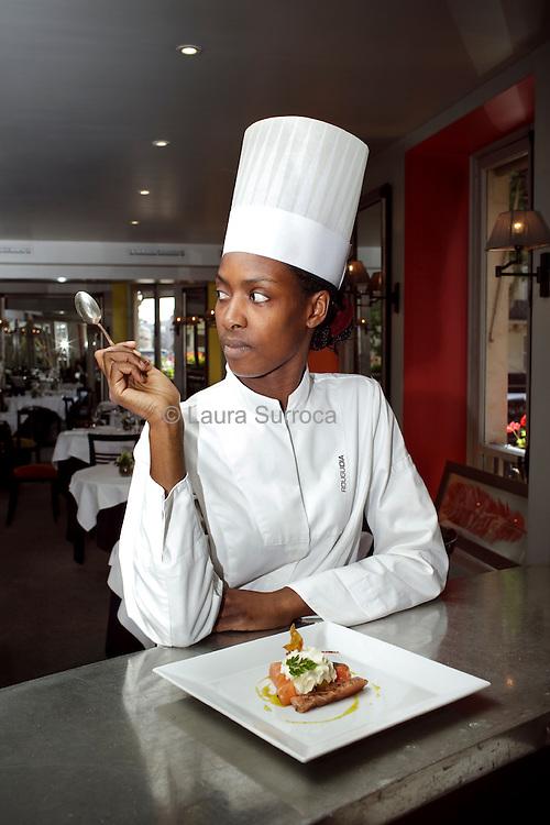 Rougui Dia, chef cuisinier. Restaurant Le 144 Petrossian, dont elle était le chef, entre 2005 et 2012. A Paris, le 18 juillet 2012.