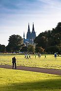 Europa, Deutschland, Nordrhein-Westfalen, Koeln, der Rheinpark in Deutz, Blick zum Dom.<br /> <br /> Europe, Germany, North Rhine-Westphalia, Cologne, the Rhine park in the district Deutz, view to the cathedral.