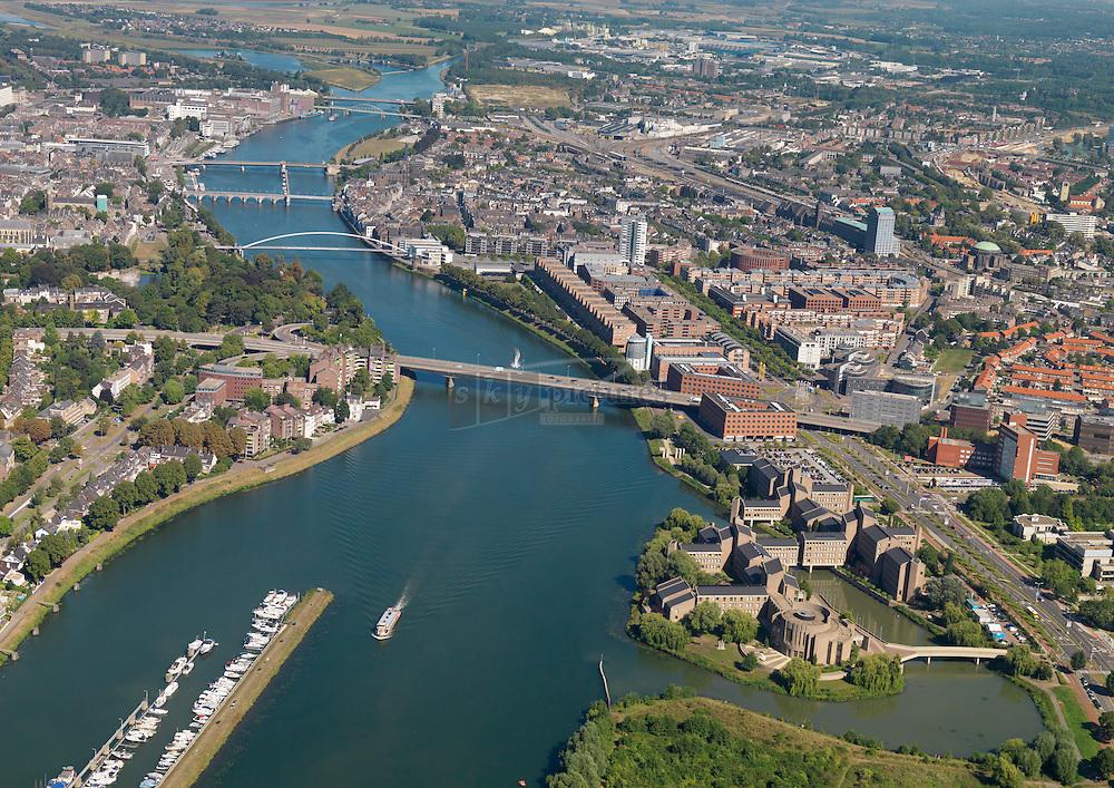 Overzicht Maastricht met de bruggen over de Maas en het provinciehuis van de provincie Limburg, ook wel het gouvernement aan de Maas genoemd is ontworpen door Architectenbureau Snelder en Architecten BNA
