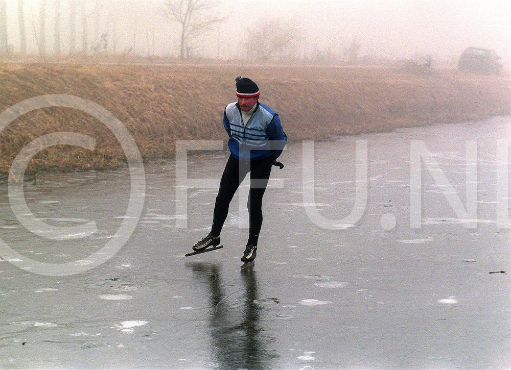 .overijssels kanaal ter hoogte van hancate  hr huisjes als eenzame schaatser op volgens hem vertrouwd ijs mits je de goeie plekken kent naar zijn zeggen was het ijs nog minstens 20cm dik ....foto frank uijlenbroek©1997