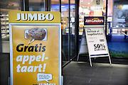 Nederland, Nijmegen, 27-6-2012Feestelijke opening van de Jumbo supermarkt aan de koekoekstraat. Het is de ombouw van een Super de Boer winkel. Ook algemeen directeur Frits van Eerd was aanwezig en hield een praatje voor het personeel.deze vestiging ligt naast een filiaal van supermark Jan Linders, en zal grote concurentie veroorzaken..Foto: Flip Franssen/Hollandse Hoogte