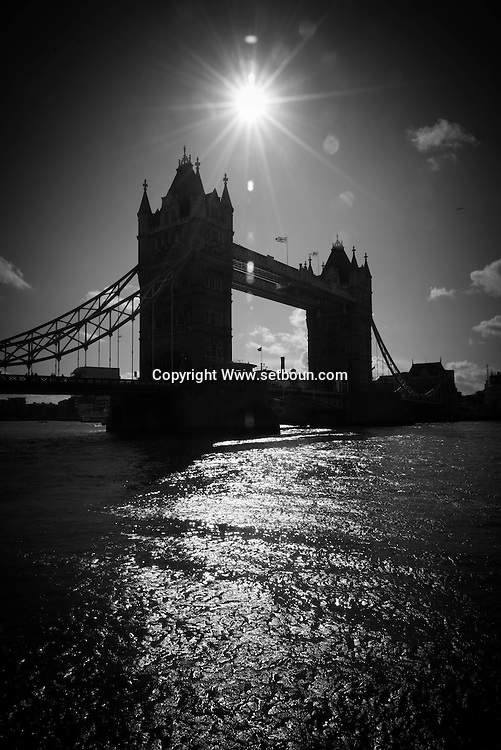 London. UK Tower bridge on the Thames rivers. Tower hill district / Londres . Grande Bretagne