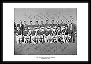 Avbildet ser vi laget Cork posere som vinnerne av All-Ireland Senior (hurling), 7 september 1953..Gamle lagbilder av hurlinglag fra Irland. Sort hvitt bilde fra Dublin til salgs. Bildet er signert av laget.