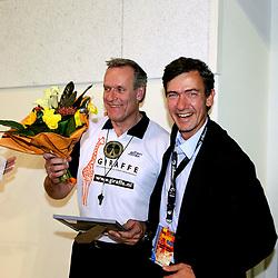 28-09-2008 VOLLEYBAL: BESTE SPELER 2007 - 2008: APELDOORN<br /> Tussen de twee wedstrijden in werd de beste speler speelster in zijn categorie gekozen / Frans Loderus, beste scheidsrechter en Matthijs Huizing<br /> 2008-WWW.FOTOHOOGENDOORN.NL