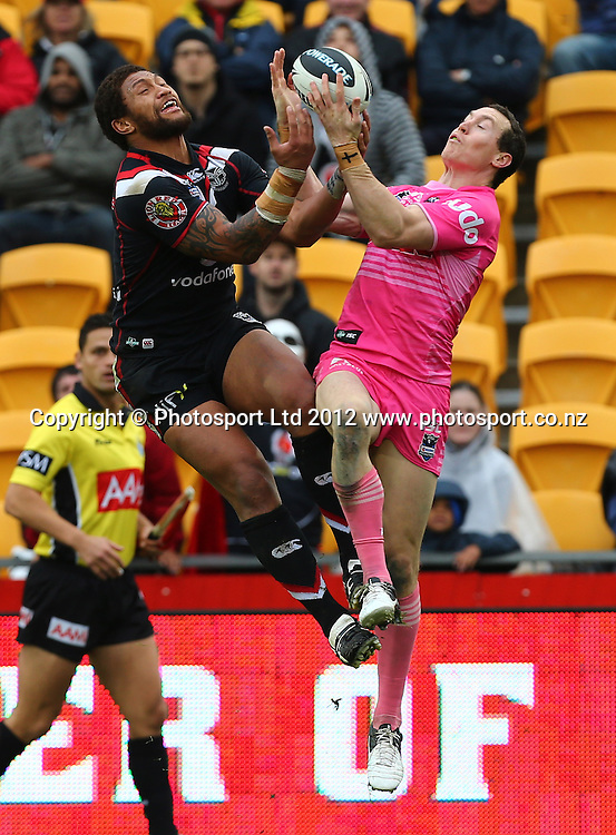 Manu Vatuvei of the Warriors and David Simmons of the Panthers compete for a high ball during the NRL game, Vodafone Warriors v Penrith Panthers, Mt Smart Stadium, Auckland, Sunday 19 August  2012. Photo: Simon Watts /photosport.co.nz