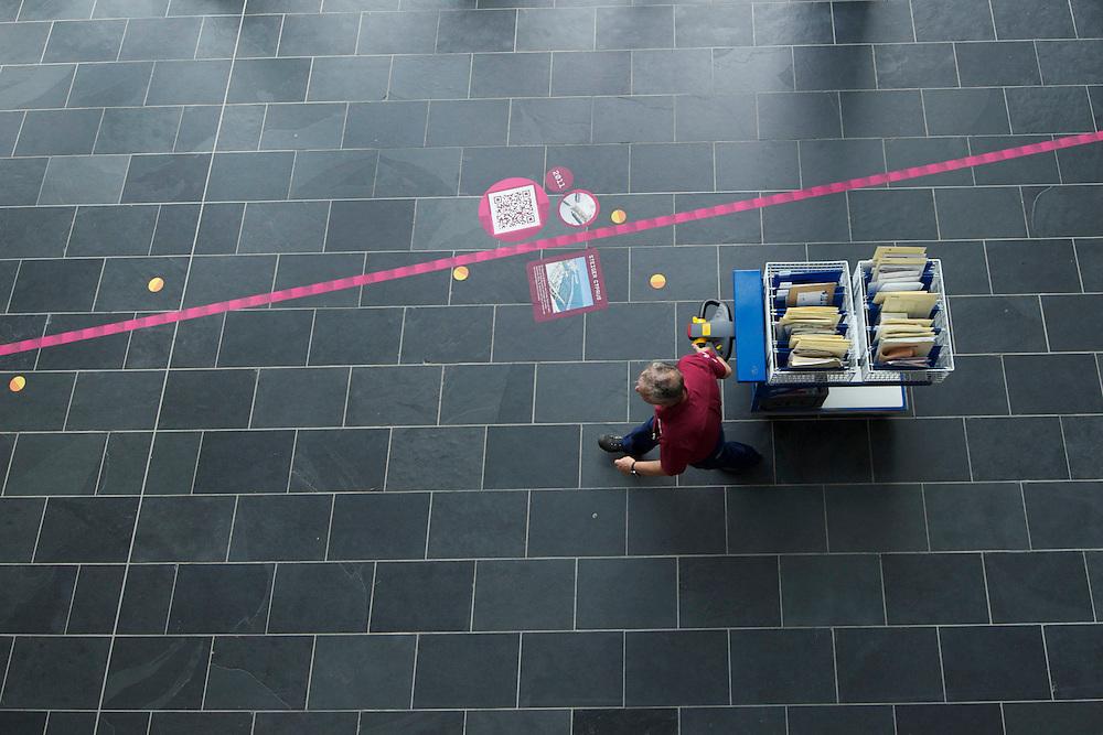 Breda. 21-06-2012. Postbezorger bij Avans Hogeschool.