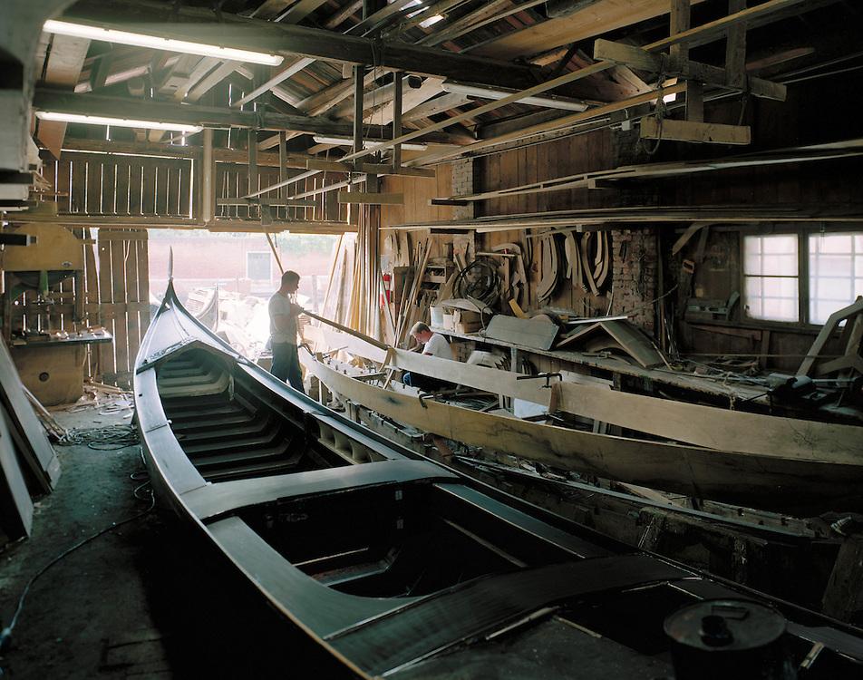 23 JUL 2001 - Venezia - Squeri: le fabbriche delle gondole - Squero di San Trovaso Prima fase della costruzione di una gondola