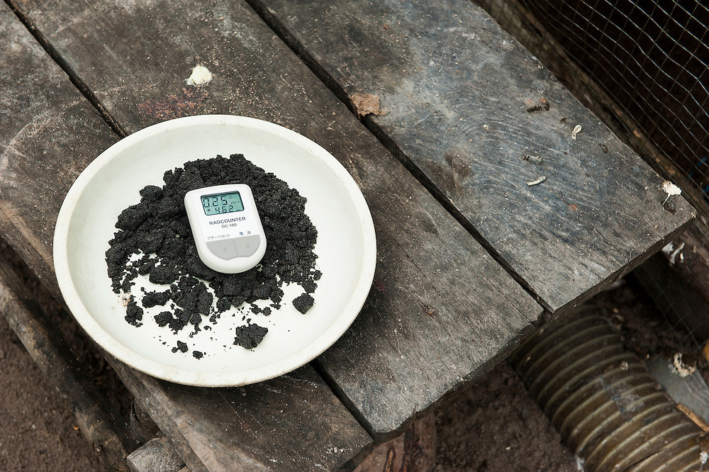 The hidden side of high tech smartphones. Tin or is radioactive, as seen here in an illegal tin mine in Reboh. Bangka Island (Indonesia) is devastated by illegal tin mines. The demand for tin has increased due to its use in smart phones and tablets.<br /> <br /> Le c&ocirc;t&eacute; cach&eacute; du succ&egrave;s des smartphones.  l'&Eacute;tain est radioactif,  comme on peut constater dans une mine d'&eacute;tain ill&eacute;gale &agrave; Reboh. L'&icirc;le de Bangka (Indon&eacute;sie) est d&eacute;vast&eacute;e par des mines d'&eacute;tain sauvages. la demande de l'&eacute;tain a explos&eacute; &agrave; cause de son utilisation dans les smartphones et tablettes.