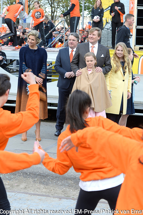 Koningsdag 2017 in Tilburg / Kingsday 2017 in Tilburg<br /> <br /> Op de foto / On the photo:  Koning Willem-Alexander, koningin Maxima en prinsessen Alexia, Ariane en Amalia / King Willem-Alexander, Queen Maxima and Princesses Alexia, Ariane and Amalia