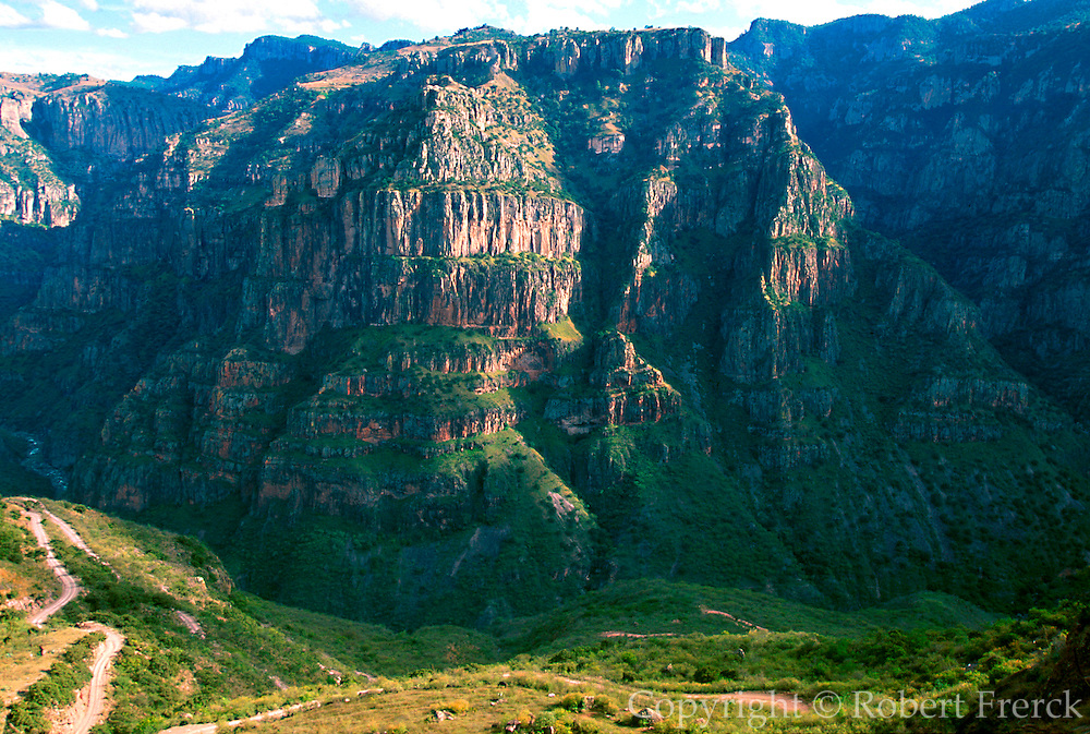 MEXICO, NORTH, CHIHUAHUA STATE Copper Canyon or Barranca del Cobre in the Sierra Madre; awesome descent into Batopilas Canyon above La Bufa
