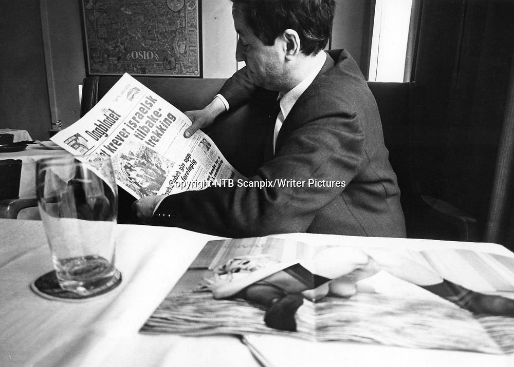 Oslo 1967. <br /> Forfatter Jens Bj&macr;rneboe leser avisen Dagbladet i en pause under rettssaken om hans bok &quot;Uten en tr&Acirc;d &quot;.   <br /> Foto: Aage Storl&macr;kken / Aktuell / Scanpix<br /> <br /> <br /> Aktuell: Nr. 24-5-1967 : &quot;Sex-sirkus i retten.&quot;<br /> spbekeil<br /> <br /> NTB Scanpix/Writer Pictures<br /> <br /> WORLD RIGHTS, DIRECT SALES ONLY, NO AGENCY