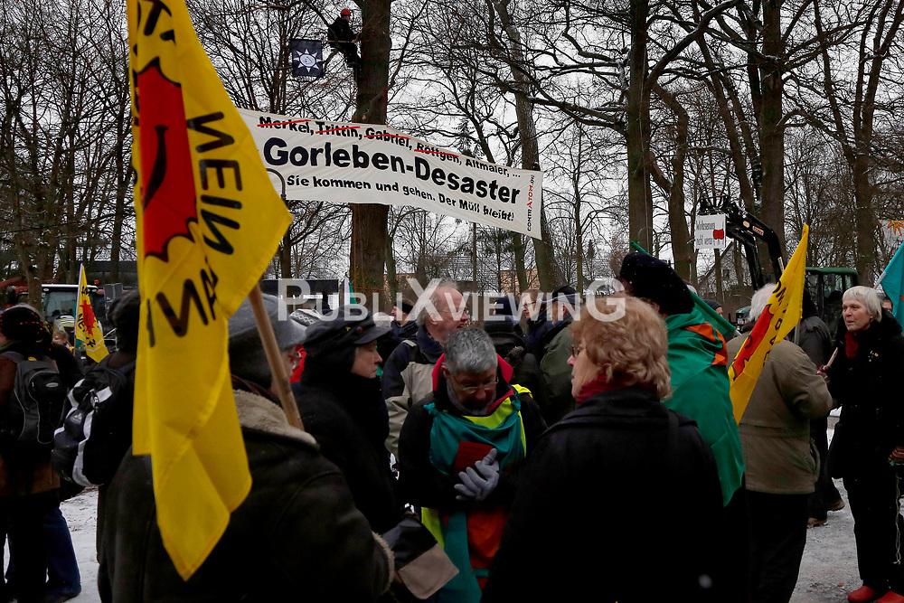 Am 21. Januar 2012 besucht Bundesumweltminister Peter Altmaier (CDU) das Wendland, um f&uuml;r das Endlagersuchgesetz zu werben.<br /> Vor dem Gildehaus in L&uuml;chow, in dem am Abend eine &ouml;ffentliche Podiumsdiskussion mit Altmaier stattfindet, versammeln sich bereits am Nachmittag zahlreiche Aktivisten, um den Minister geb&uuml;hrend zu empfangen. <br /> <br /> Ort: L&uuml;chow<br /> Copyright: Michaela M&uuml;gge<br /> Quelle: PubliXviewinG