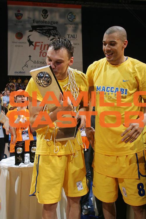 DESCRIZIONE : MOSCOW MOSCA FINAL FOUR EUROLEAGUE 2005<br />GIOCATORE :  JASIKEVICIUS - PARKER<br />SQUADRA : MACCABI TEL AVIV<br />EVENTO : FINAL FOUR EUROLEAGUE 2005 FINAL 1ST - 2ND PLACE<br />GARA : MACCABI TEL AVIV-TAU VITORIA<br />DATA : 08/05/2005 <br />CATEGORIA : Premiazione<br />SPORT : Pallacanestro <br />AUTORE : Agenzia Ciamillo-Castoria