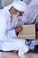 Pakistan, Punjab, Lahore, Tombe de Data Gunj Bakhsh, vieil homme et son Coran // Pakistan, Punjab, Lahore, Data Gunj Bakhsh tomb,  Old man and coran