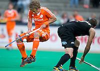 ROTTERDAM - Constantijn Jonker (l) probeert de bal onder controle te krijgen  tijdens de hockeywedstrijd tussen de mannen van Nederland en Nieuw Zeeland (3-3). rechts Blair Tarrant . Van 13-23 juni worden in Rotterdam de Rabobank Hockey World Leaque 2013 gehouden. ANP KOEN SUYK