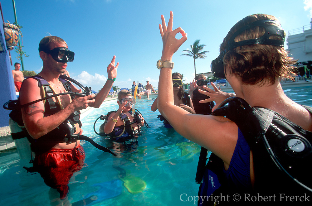 MEXICO, YUCATAN, TOURISM Cancun, hotel scuba diving class