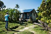 Haïti, Département de la Grand'Anse, commune de Roseaux. Suite au passage de l'ouragan Matthew en octobre 2016, le CECI a permis à des centaines familles de retourner vivre dans leurs maisons, en réparant leurs toitures endommagées.