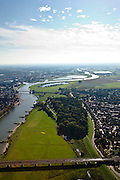 Nederland, Overijssel, Gemeente Deventer, 03-10-2010; zicht op de oostoever van de IJssel tegenoever het stadsfront. Op deze lokatie is een hoogwatergeul gepland, die begint rechts van de plas in het midden en die loopt langs en/of door De Worp naar de spoorbrug (onder)..View on the east bank of the river IJssel with the the urban front. At this location a flood channel is planned, from above the arch bridge to the railway bridge..luchtfoto (toeslag), aerial photo (additional fee required).foto/photo Siebe Swart