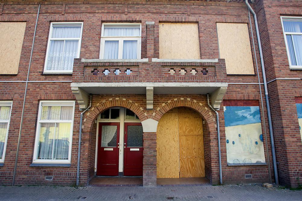 DEN HAAG - Probleemwijk, Transvaal. Dichtgetimmerde huizen in de Kritzingerstraat. COPYRIGHT GERRIT DE HEUS