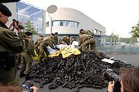 03 JUL 2007, BERLIN/GERMANY:<br /> Die Polizei räumt demonstrierende Mitglieder von Greenpeace aus der Haupteinfahrt des Kanzleramtes waehrend dem Energiepolitischen Spitzengespraech, Energiegipfel, Bundeskanzleramt<br /> IMAGE: 20070603-01-046<br /> KEYWORDS: Demo, Demonstration, Kohle, Atomkraft, Blockade, blockieren, Zufahrt, Einfahrt