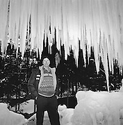 Jeden Winter seit 26 Jahren erschafft der Schuhmacher Karl Neuhaus im Schwarzsee seine begehbaren Eispaläste, vergängliche Kunstwerke aus Wasser und Eis. Depuis 26 ans Karl Neuhaus crée chaque hiver son palais de glace pour le plus grand plaisir de petits et grands. Winter 2003/2004. © Romano P. Riedo