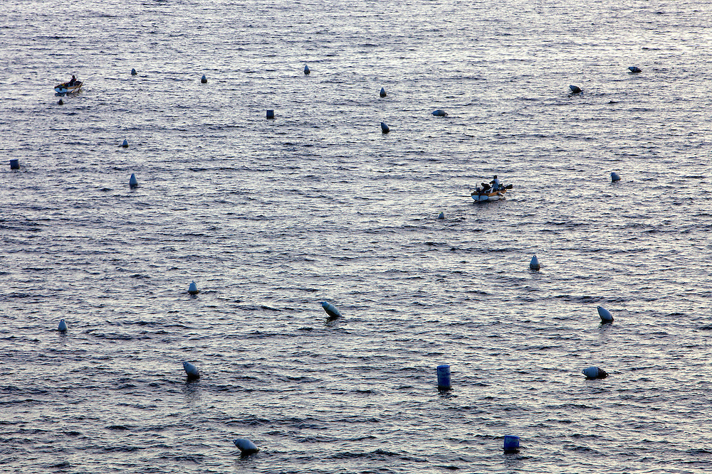 Fish boats in the bay of Naples, Italiec. Pêcheurs dans la baie de Naples, Italie.