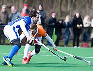 BLOEMENDAAL - hoofdklasse competitie heren.  Bloemendaal-Kampong (1-1) . Pepijn Luijkx (Kampong)  met  Roel Bovendeert (Bldaal).   COPYRIGHT KOEN SUYK