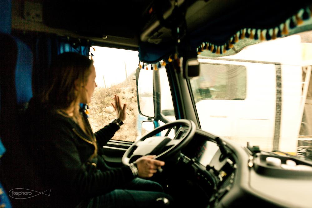 Verona - Juska (28), dalla sua cabina gestisce non solo il proprio mezzo, ma anche il rapporto con gli altri colleghi uomini.