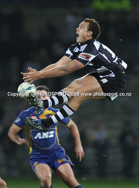 Israel Dagg attempts to take the high ball.<br /> Air NZ Cup, Otago v Hawkes Bay, Carisbrook, Dunedin, Friday 29 August 2008. Photo: Rob Jefferies/PHOTOSPORT