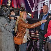 NLD/Aalsmeer/20120323 - Finale The Voice Kids 2012, winnares Fabienne Bergmans word geinterviewd door SBS Shownieuws
