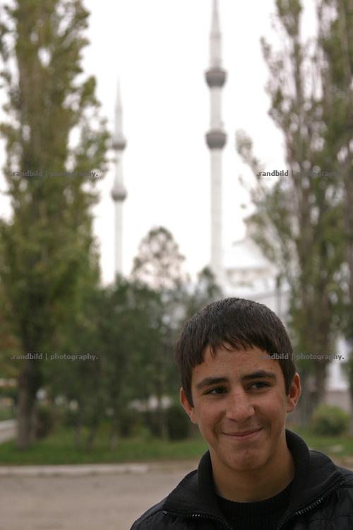Straßenszene in Machatschkala und Moschee, Dagestan. Street scenes and mosque in Makhachkala, Dagestan.