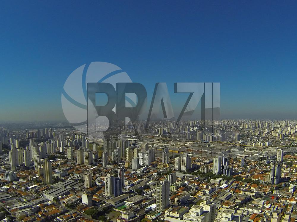 SAO PAULO, SP, 10-02-2014, CLIMA TEMPO. A segunda-feira(10) começou com céu sem nuvens e muito calor em São Paulo, foto aerea na região da Mooca zona leste da capital.  Luiz Guarnieri/ Brazil Photo Press.