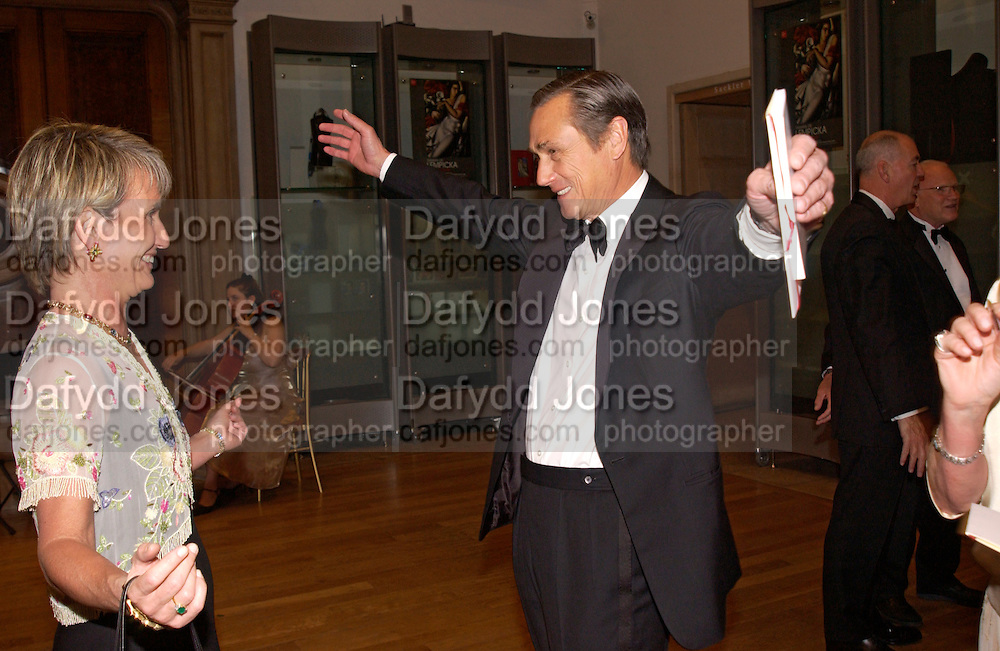 Lawton Fitt and Mr. and Mrs. Simon Robinson, Royal Academy summer exhibition annual dinner. Picadilly.  2 June 2004. ONE TIME USE ONLY - DO NOT ARCHIVE  © Copyright Photograph by Dafydd Jones 66 Stockwell Park Rd. London SW9 0DA Tel 020 7733 0108 www.dafjones.com