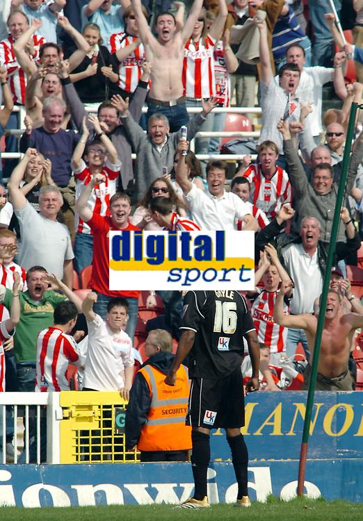 Photo: Kevin Poolman.<br />Swindon Town v Brentford. Coca Cola League 1. 22/04/2006.<br />Brentford's Marcus Gayle scores and celebrates Brentford's 2nd goal.