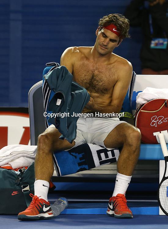 Australian Open 2014, Melbourne Park,ITF Grand Slam Tennis Tournament, Roger Federer (SUI) sitzt auf der Bank mit nacktem Oberkoerper und wechselt sein Hemd, Spielpause,<br /> Einzelbild,Ganzkoerper,Hochformat,