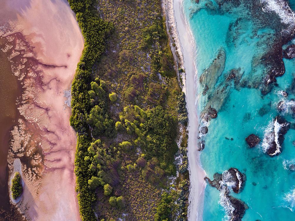 Réserve Naturelle de l'ile de Petite Terre au large de St François. Cette réserve est gérée par l'ONF. Son lagon comporte tortues, requins citrons, raies, baracoudas, et poissons tropicaux. Sur l'ile on y croise iguanes et bernard lhermite.