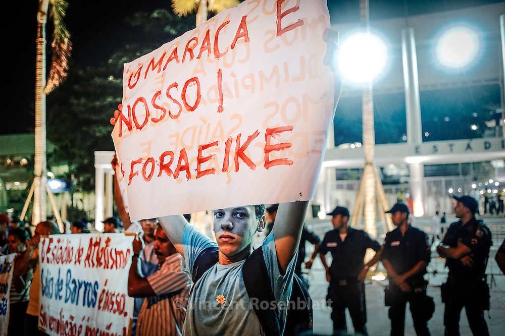 "Demonstration on the day of the reopening of the Maracanã. On the sign: ""The Maracana is ours - Outside Eike"", referring to billionaire Eike Batista, constantly criticized for its intimacy with the rulers of the state of Rio de Janeiro; Eike's received as granted the gestion of the new stadium for cheap, fact that is being now questionned in courts ."