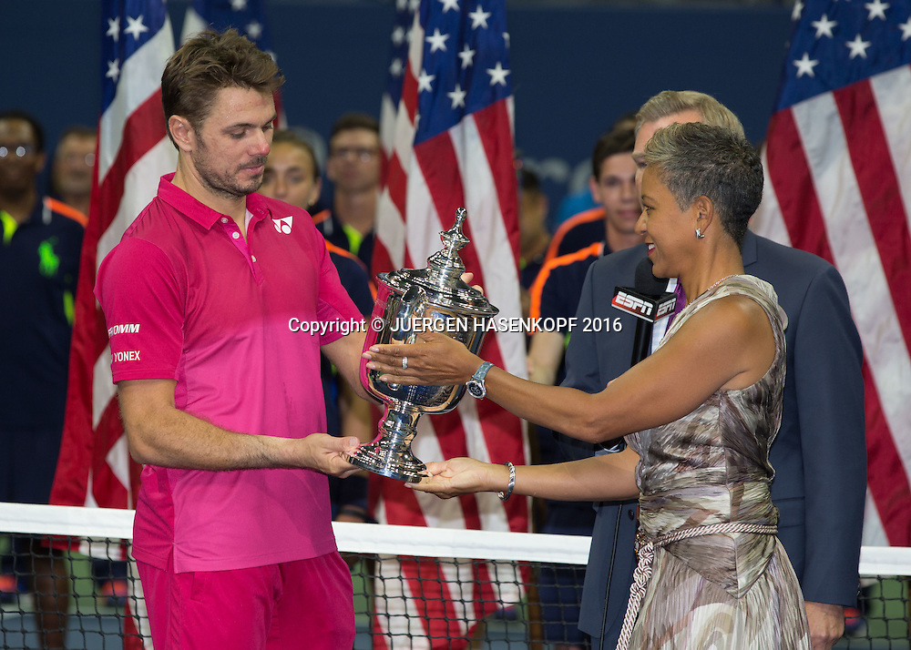 USTA Praesidentin Katrina Adams ueberreicht STAN WAWRINKA (SUI)  den Pokal, Siegerehrung<br /> <br /> Tennis - US Open 2016 - Grand Slam ITF / ATP / WTA -  USTA Billie Jean King National Tennis Center - New York - New York - USA  - 11 September 2016.