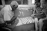 America, Cuba, Havana. two men playing checkers in the streets of Old Havana. -05.07.2008, DIGITAL PHOTO, 49MB, copyright: Alex Espinosa/Gruppe28.