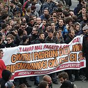 30 settembre 2017 Manifestazione a Venaria nel giorno conclusivo del G7 Lavoro. Un gruppo di manifestanti ha tentato di forzare il cordone delle forze dell'ordine, a protezione della Reggia dove si teneva il vertice ed è stato respinto. I dimostranti hanno poi risposto scagliando razzi, grossi petardi e fumogeni contro polizia e carabinieri.