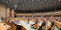 Nederland. Den Haag, 26 oktober 2010.<br /> De Tweede Kamer debatteert over de regeringsverklaring van het kabinet Rutte.<br /> PVV leider Wilders achter de interruptiemicrofoon, Job Cohen, PvdA, achter het spreekgestoelte,<br /> Kabinet Rutte, regeringsverklaring, tweede kamer, politiek, democratie. regeerakkoord, gedoogsteun, minderheidskabinet, eerste kabinet Rutte, Rutte1, Rutte I, debat, parlement<br /> Foto Martijn Beekman