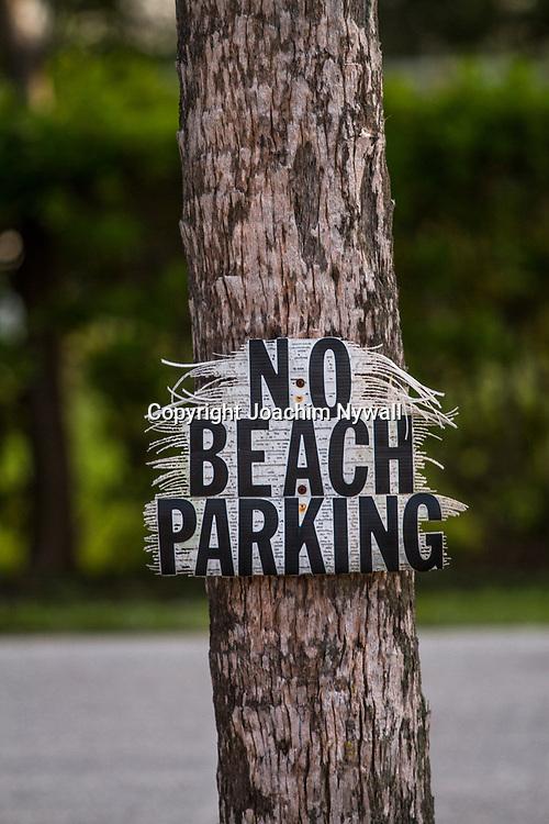 20151121 Sanibel island <br /> Florida USA <br /> Sunset beach<br /> Sandstrand vid Mexikanska gulfen V&auml;g skylt som talar om att parkering &auml;r f&ouml;rbjuden<br /> <br /> FOTO : JOACHIM NYWALL KOD 0708840825_1<br /> COPYRIGHT JOACHIM NYWALL<br /> <br /> ***BETALBILD***<br /> Redovisas till <br /> NYWALL MEDIA AB<br /> Strandgatan 30<br /> 461 31 Trollh&auml;ttan<br /> Prislista enl BLF , om inget annat avtalas.