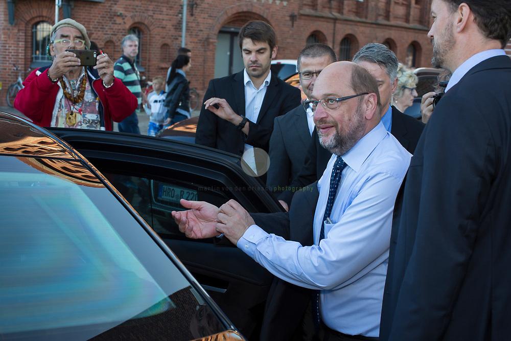 Zum Auftakt der heissen Wahlkampfphase besucht SPD-Kanzlerkandidat Martin Schulz zusammen mit Manuela Schwesig, Ministerpraesidentin des Landes Mecklenburg-Vorpommern, das Ozeaneum Stralsund und anschliessend ein Buergerfest auf der Hafeninsel. Dort halt er eine kaempferische Rede und attackiert Angela Merkel mehrfach fuer ihren Politikstil. Hier Schulz beim Abschied aus Stralsund.