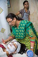 Jagruti Pandya penslar p&aring; en ansiktisblekning p&aring; tv&aring;barnsmamman Neetu Singh, 32.<br /> <br /> Jagruti Pandya driver sk&ouml;nhetssalongen Beauty Parlour i Mumbai. Hon br&auml;nde sitt ansikte en g&aring;ng n&auml;r hon skulle bleka sin hy. Nu har hon slutat g&ouml;ra s&aring;dana behandlingar p&aring; sig sj&auml;lv. &rdquo;Det &auml;r inte bra att anv&auml;nda blekningsmedel. Det inneh&aring;ller kemikalier. Du har en blekare hud under tre fyra dagar, sen f&ouml;rsvinner det.&rdquo;