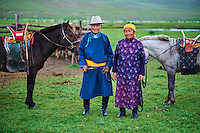 Mongolie, Arkhangai, campement nomade dans la steppe, couple mongol nomad avec leur chevaux // Mongolia, Arkhangai province, yurt nomad camp in the steppe, Mongolian nomads with their horses