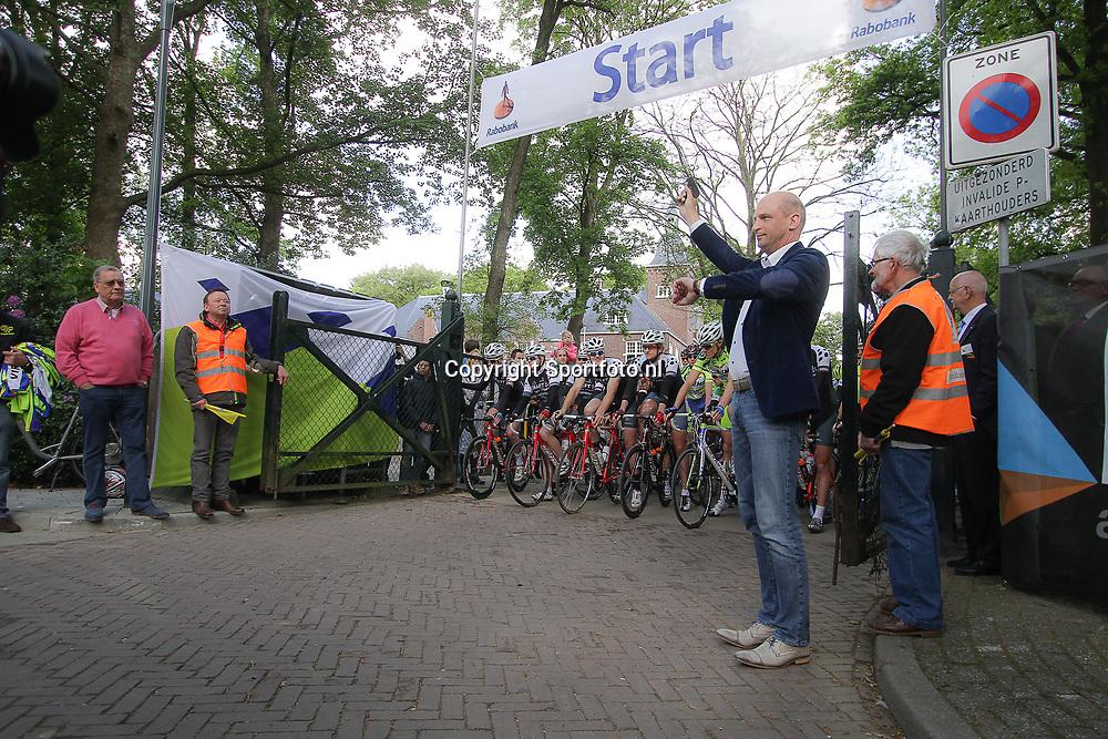 WIELRENNEN Rijssen, de 62e ronde van Overijssel werd op zaterdag 3 mei verreden. Theo Rietkerk schiet de renners weg