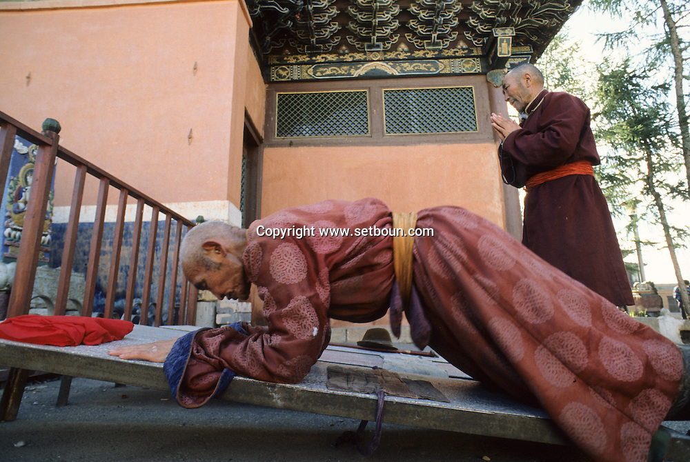 Mongolia. Ulaanbaatar. Gandan boudhist monastery  OulanBator       / fidéles se prosternant devant le temple Monastère Bouddhiste de Gandan à Oulan Bator.   / 173    L921018a  /  P0002296